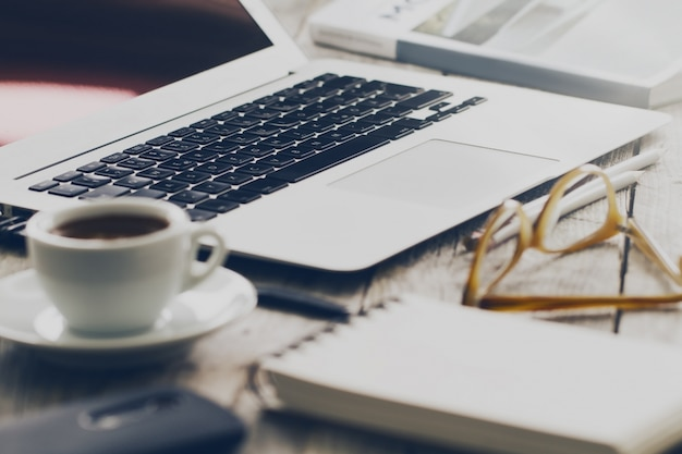 Макрофотография рабочего пространства с современным творческим ноутбуком, чашкой кофе и карандаши. горизонтальное с пространством копирования.