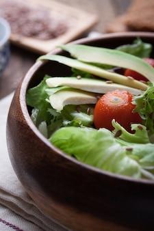 木製のボウルにサラダ