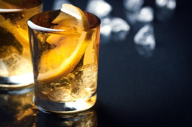 レモンのスライスとアルコールのショット