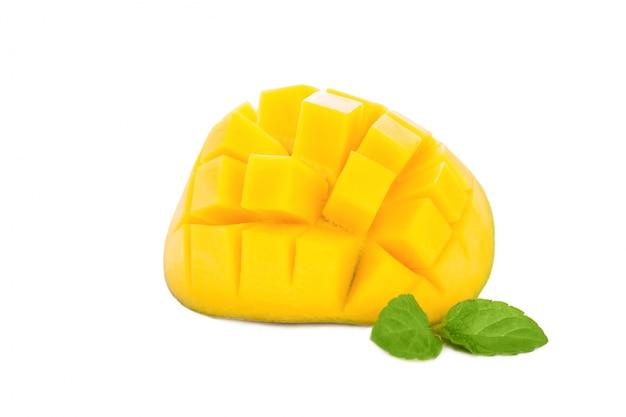 マンゴーは皮をむいて正方形に切断します