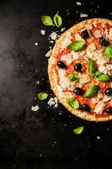 暗い、テーブル、伝統的なイタリアのピザ