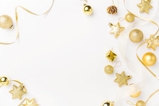 白いクリスマスの金色の装飾