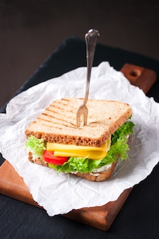 Крупным планом вкусный бутерброд с сыром и салатом