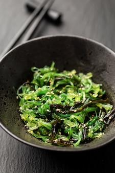 海藻のサラダが提供され、食べる準備ができました