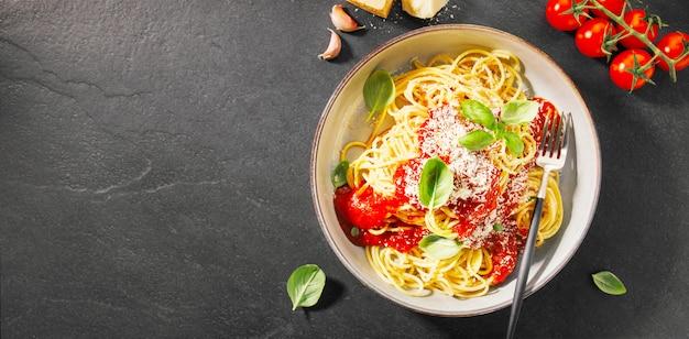 トマトソースとパルメザンのパスタ