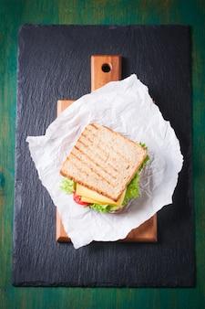 Вид сверху поджаренный бутерброд с сыром