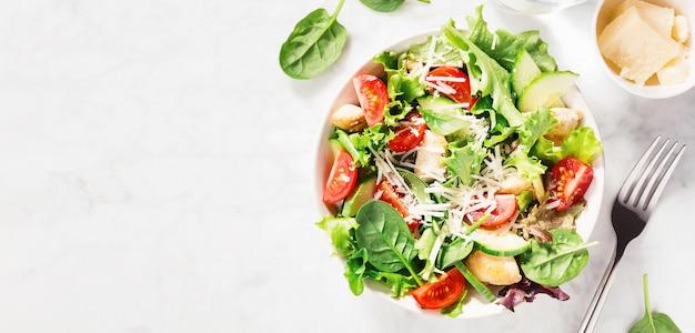 Вкусный свежий салат с курицей и овощами