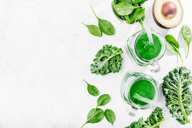 Свежий зеленый коктейль в бутылке