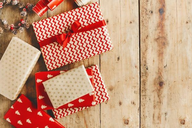 木製のテーブルの上の美しいクリスマスプレゼント