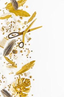 黄金のデコと白い背景の上に平らに置く