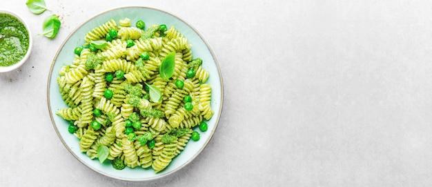 皿の上のペストとおいしい食欲をそそるパスタ