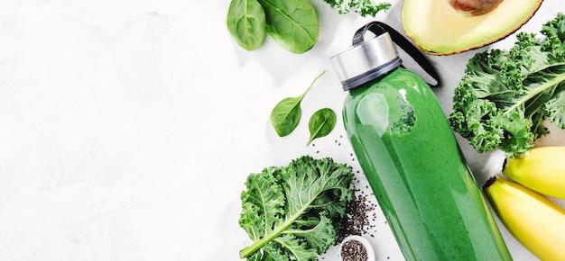 瓶の中の新鮮な緑のスムージー