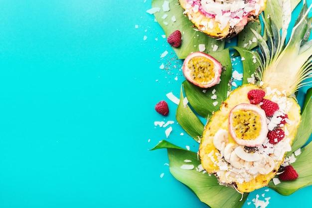 Смузи чаши подаются в нарезанном ананасе на синем