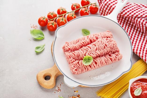 テーブルの上のスパイスと新鮮なひき肉