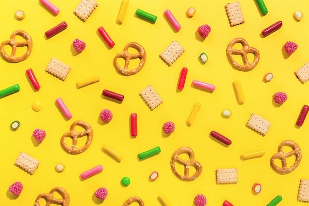 お菓子フラット黄色の背景に置く