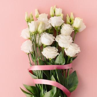 Букет из белых роз с розовой ленточкой