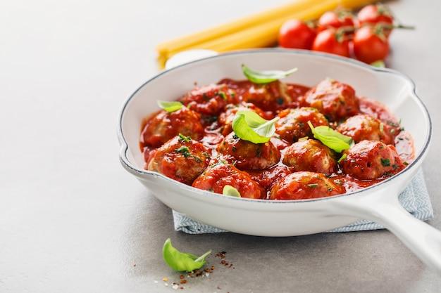 Домашние котлеты с томатным соусом