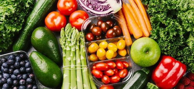 大まかな背景にさまざまなおいしい野菜