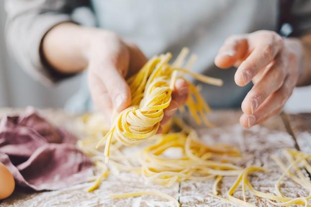 新鮮なイタリアンパスタを作るシェフ