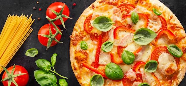 暗い背景においしいベジタリアンピザ