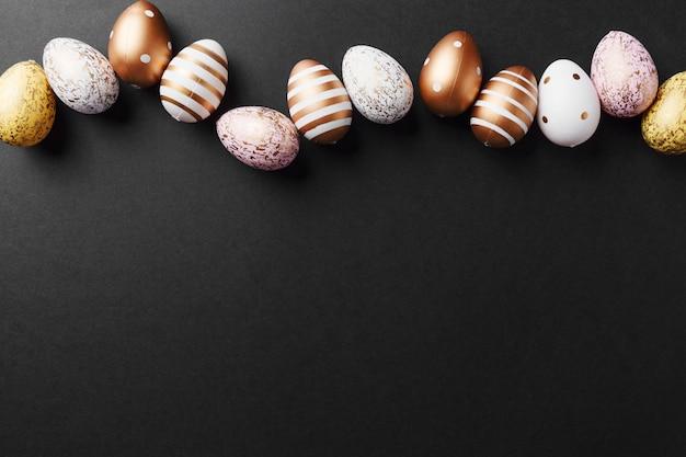 Золотые яйца на черном фоне