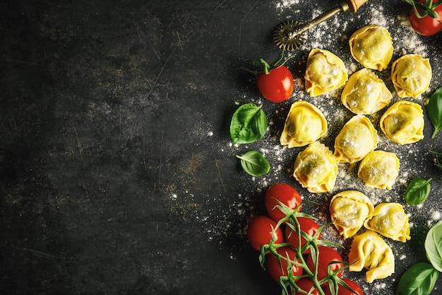 暗闇の中でイタリア料理の背景