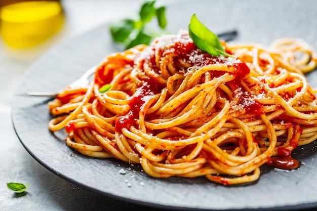 Вкусная итальянская пицца с томатным соусом и пармезаном