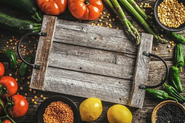 木製の背景にさまざまな野菜