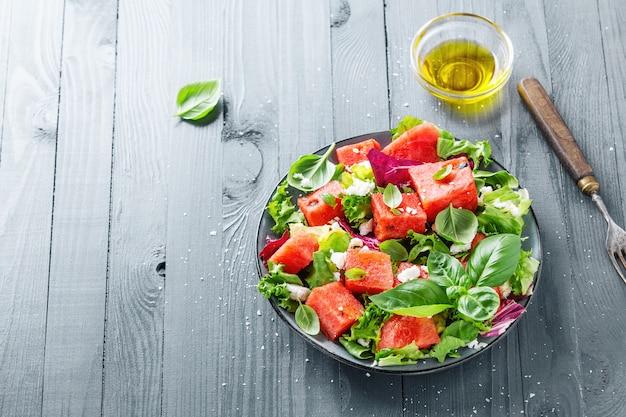 Летний салат с арбузом и листьями салата