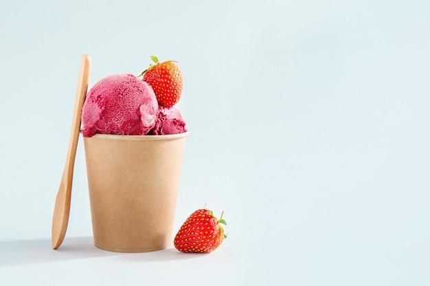 紙コップのベリーのさわやかなアイスクリームスクープ