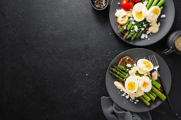 Вкусные тосты со спаржей, яйцами и соусом