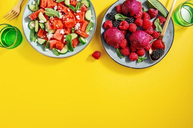 スイカときゅうり、果実、アイスクリームの夏サラダ