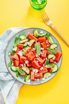 Летний салат с арбузом и огурцами