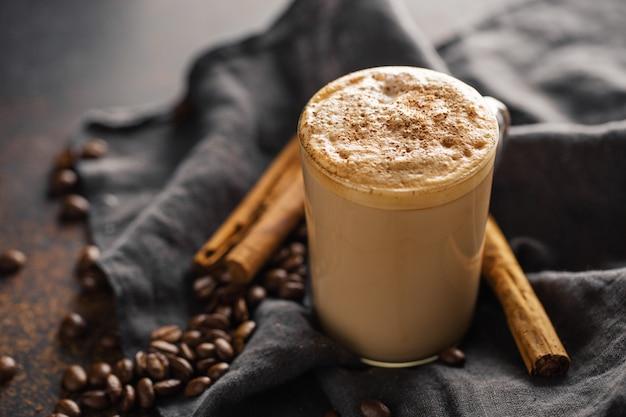Кофейный напиток с корицей с молоком