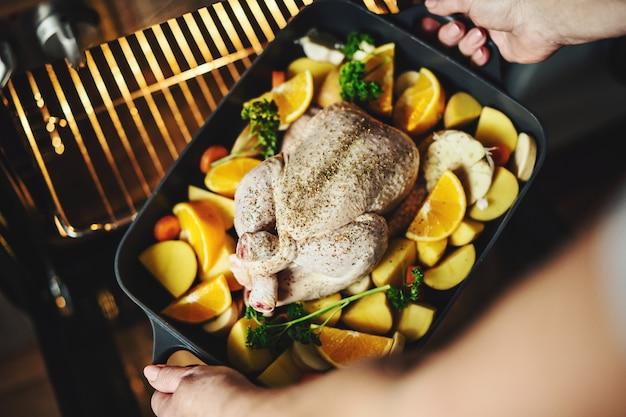 生野菜と鶏肉を調理の女性