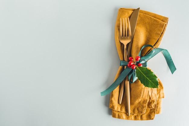 皿にナプキンでクリスマスカトラリー