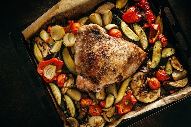 Вкусное запеченное мясо птицы с овощами