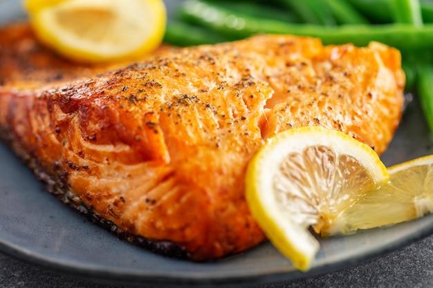 Крупным планом запеченная рыба лосось с зеленой фасолью