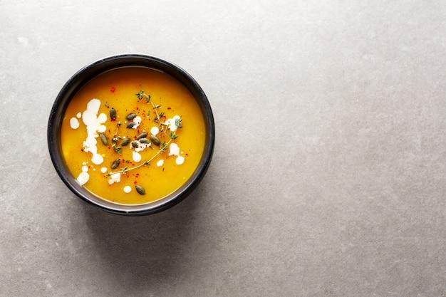 クリーミーなカボチャのスープをボウルに添えて