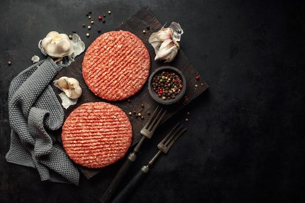 ボード上の生のハンバーガー肉