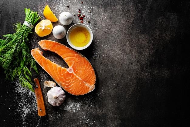 生の魚のステーキと食材