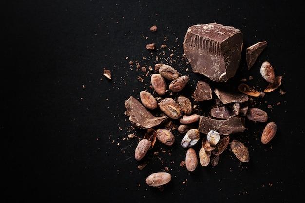 テーブルの上のダークチョコレートチャンク