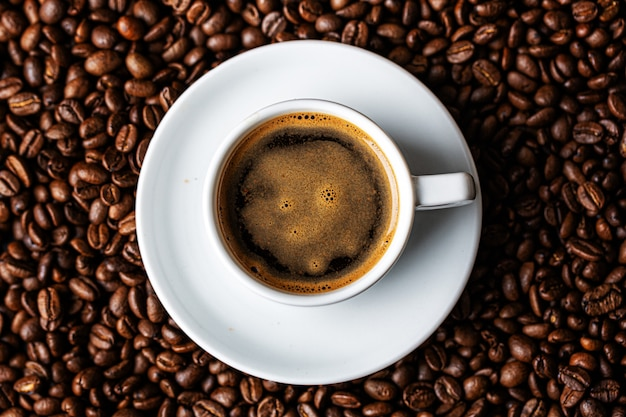 Кофе эспрессо подается в чашке