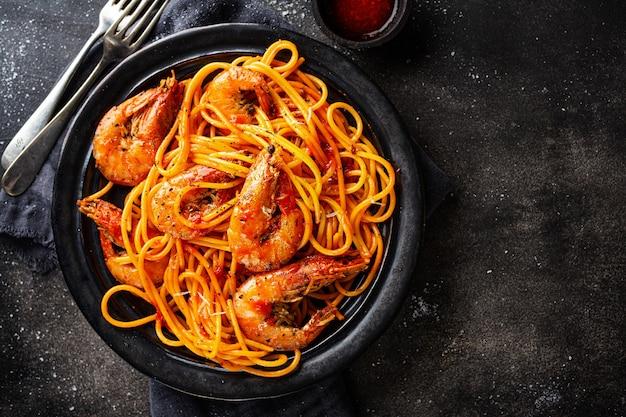 Макаронные изделия спагетти с креветками и соусом