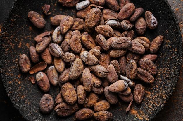 Куски темного шоколада на столе