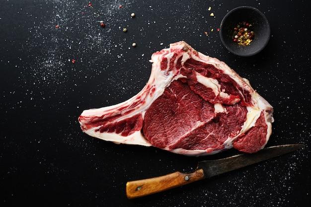 Сырое мясо с ингредиентами для приготовления