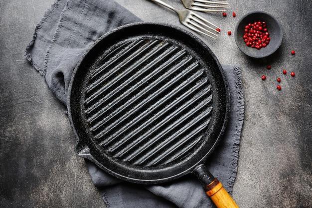 テーブルの上の空の鉄グリル鍋