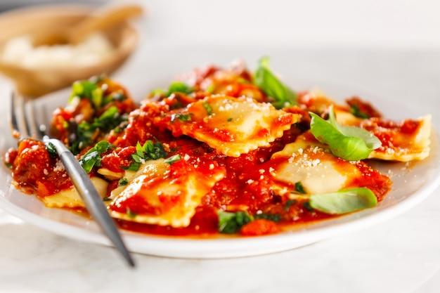 おいしいイタリアのラビオリのクローズアップ