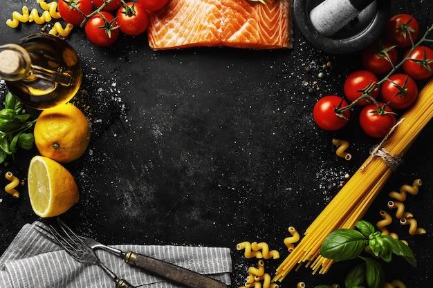 Лосось с ингредиентами на столе