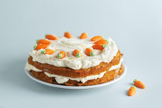 Пасхальный морковный пирог с глазурью на синем фоне